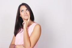 Jonge vrouw met het denken uitdrukking Royalty-vrije Stock Foto's