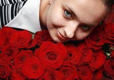 Jonge vrouw met het grote boeket van rozen Royalty-vrije Stock Afbeeldingen