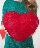 Jonge vrouw met het rode hart Stock Afbeeldingen