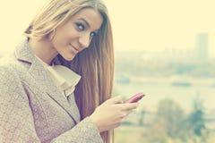 Jonge Vrouw met het roze celtelefoon lopen Stock Afbeelding
