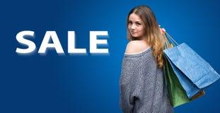 Jonge vrouw met het winkelen zakken Stock Afbeelding