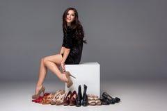 Jonge vrouw met het winkelen zakken en creditcard  Stock Foto's