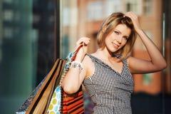 Het gelukkige jonge vrouw winkelen royalty-vrije stock foto