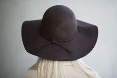 Jonge vrouw met hoed van behinde Royalty-vrije Stock Afbeeldingen