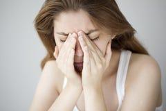 Jonge vrouw met hoofdpijn stock afbeelding