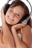 Jonge vrouw met hoofdtelefoons Royalty-vrije Stock Fotografie