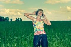 Jonge vrouw met hoofdtelefoons stock afbeeldingen