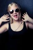 Jonge vrouw met hoofdtelefoons Stock Foto's