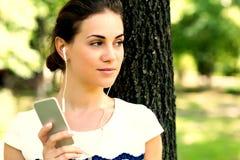 Jonge vrouw met hoofdtelefoons Stock Afbeelding