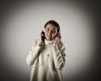 Jonge vrouw met hoofdtelefoons Stock Foto