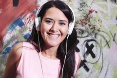 Jonge vrouw met hoofdtelefoons Royalty-vrije Stock Foto