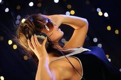 Jonge vrouw met hoofdtelefoons Royalty-vrije Stock Afbeeldingen