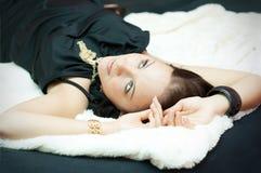 Jonge vrouw met juwelen stock foto