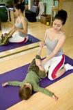 Jonge vrouw met kind dat Pilates doet Royalty-vrije Stock Foto
