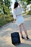 Jonge vrouw met kleine zwarte bagage Stock Foto's