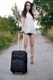 Jonge vrouw met kleine zwarte bagage Stock Fotografie