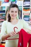 Jonge vrouw met kleren Royalty-vrije Stock Foto's
