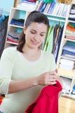 Jonge vrouw met kleren Stock Foto's