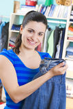 Jonge vrouw met kleren Stock Afbeelding