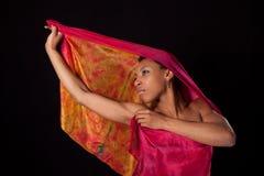 Jonge vrouw met kleurrijke sluier Royalty-vrije Stock Fotografie