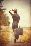 Jonge vrouw met koffer stock fotografie