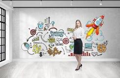 Jonge vrouw met koffie en bedrijfsstrategie Royalty-vrije Stock Afbeeldingen