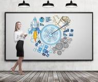 Jonge vrouw met koffie en blauwe doelschets Stock Afbeelding