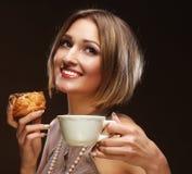Jonge vrouw met koffie en koekjes Royalty-vrije Stock Afbeeldingen