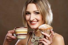 Jonge vrouw met koffie en koekjes Royalty-vrije Stock Foto