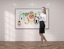 Jonge vrouw met koffie en startschets Stock Fotografie