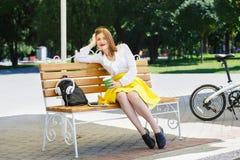 Jonge vrouw met koffie in het park Royalty-vrije Stock Afbeeldingen