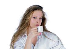 Jonge vrouw met kop royalty-vrije stock afbeelding