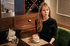 Jonge vrouw met kop van koffie stock fotografie