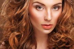 Jonge vrouw met krullend haar stock foto