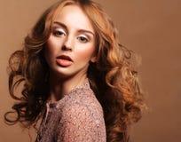 Jonge vrouw met krullend haar royalty-vrije stock foto's