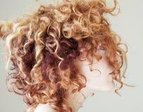 Jonge vrouw met krullend kleurrijk haar Royalty-vrije Stock Foto's