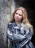 Jonge vrouw met lang blond golvend haar en gestreept jasje royalty-vrije stock afbeeldingen