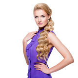 Jonge vrouw met lang blond krullend haar royalty-vrije stock foto