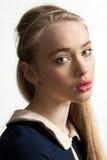 Jonge vrouw met lang blonde haar Royalty-vrije Stock Foto's