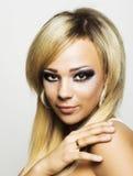 Jonge vrouw met lang blonde haar. royalty-vrije stock afbeelding