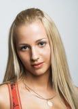 Jonge vrouw met lang blonde haar. Royalty-vrije Stock Afbeeldingen