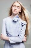 Jonge vrouw met lang blondehaar in manierkleding Stock Foto