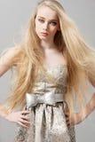 Jonge vrouw met lang blondehaar in manierkleding Royalty-vrije Stock Afbeelding