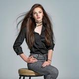 Jonge vrouw met lang recht haar stock foto