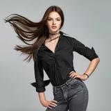 Jonge vrouw met lang recht haar stock fotografie