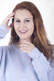 Jonge vrouw met lang rood haar op witte achtergrond Royalty-vrije Stock Foto's