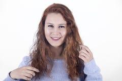 Jonge vrouw met lang rood haar op witte achtergrond Stock Foto's