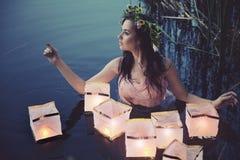 Jonge vrouw met lantaarns Royalty-vrije Stock Foto's