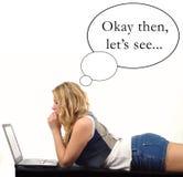 Jonge vrouw met laptop Stock Afbeelding