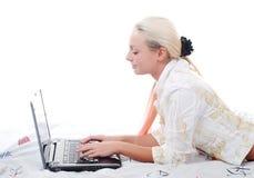 Jonge vrouw met laptop Stock Fotografie
